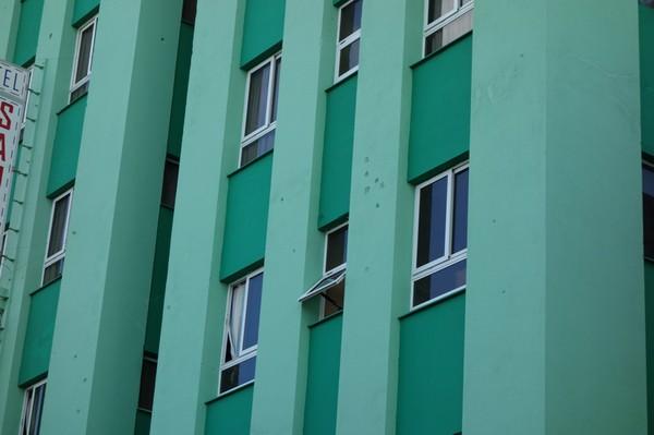Mitt boende i Santa Clara med märken från revolutionens kulor i fasaden, Hotel Santa Clara Libre.
