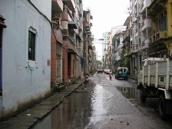Gatuscen i centrala Yangon.