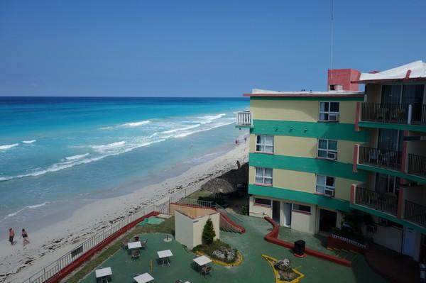 Utsikten från balkongen i anslutning till mitt rum på hotell Club Herradura, Varadero.