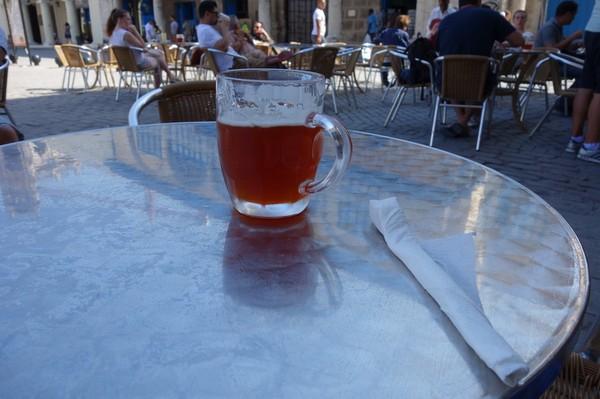 Mikrobryggt öl på La Factoria Plaza Vieja, Havanna.