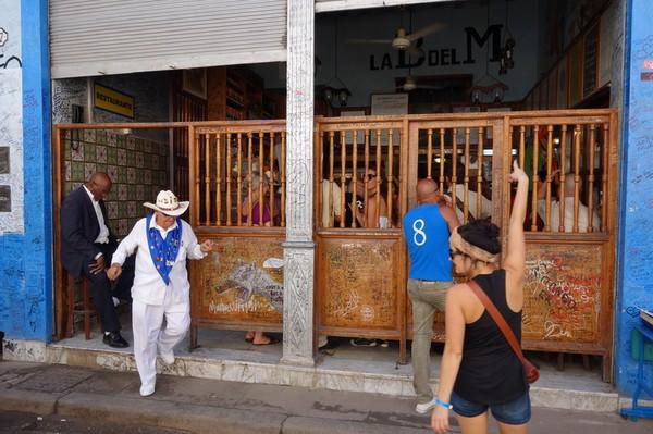 La Bodeguita del Medio bar. En viss herr Ernest håller fortfarande drinkpriserna över det normala här, Havanna.