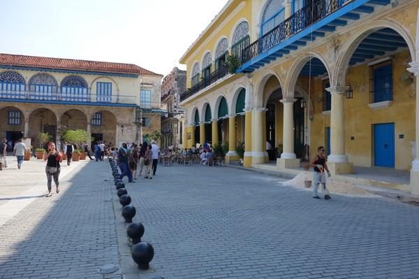 Otroligt fina Plaza Vieja i Habana Vieja, Havanna.