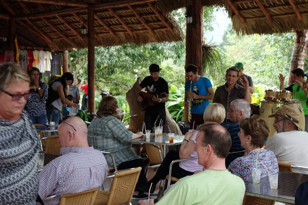 Underhållning på restaurangen i naturreservatet Las Terrazas.