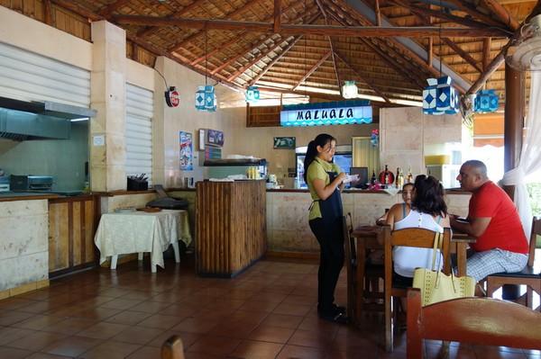 Det blev två pizzor och tre öl till lunch på restaurang El Palenque i stadsdelen Cubanacan väster om Miramar, Havanna.