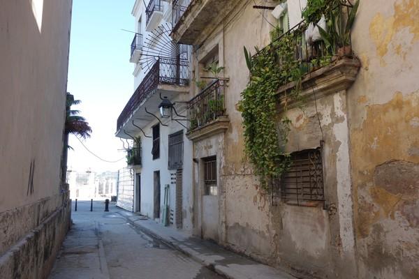 Gatan Obispo i riktning mot hamnen, Plaza de Armas, Habana Vieja, Havanna.