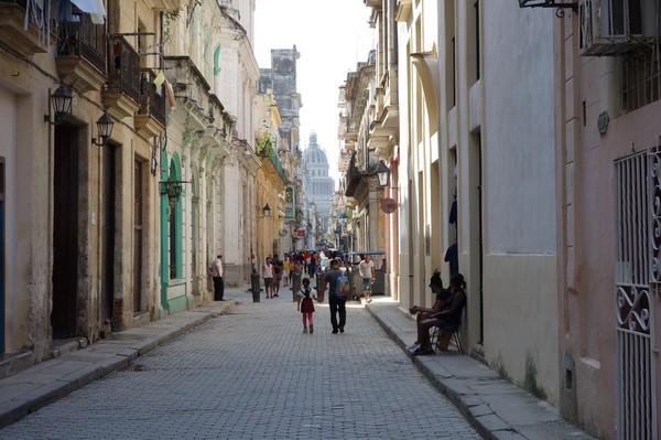 Gatan Brasil som skär igenom Habana Vieja från Plaza Vieja här i riktning mot Capitolio Nacional, Havanna.