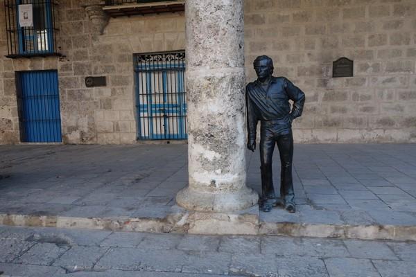 Staty av flamencodansaren Antonio Gades framför Palacio de Lombillo, Plaza de la Catedral, Habana Vieja, Havanna.