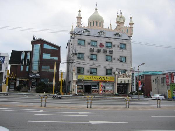 Samsung Motel, Sokcho. När det är mörkt ser det ännu mer ut som om byggnaden hör hemma på Disneyland!