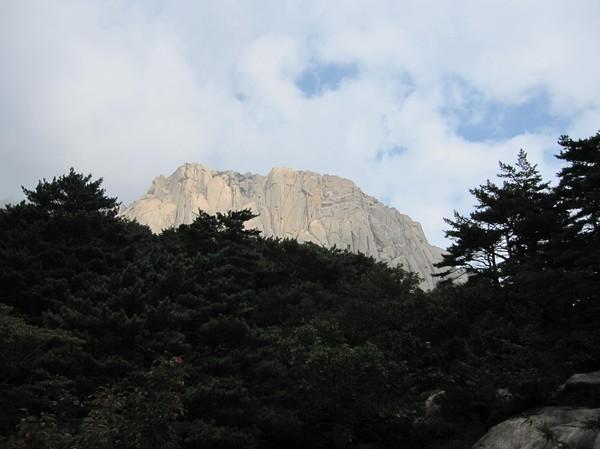 Ulsanbawi själv! Här ser man hur brant själva toppen av berget sticker upp.