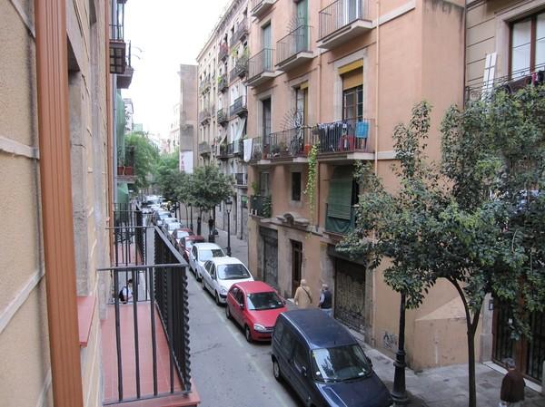 Carrer del Rec Comtal, gatan utanför vårt hotell Catalonia Born. Fotot taget från balkongen till vårt rum. Barcelona.