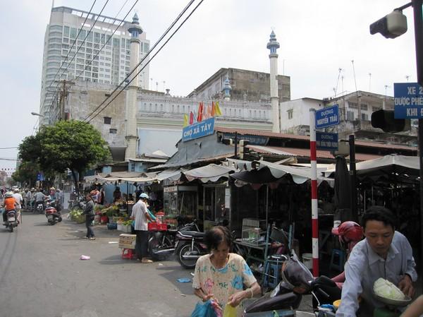 Del av Xa Tay market med Cholon Mosque i bakgrunden, Cholon.