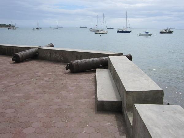 Kanoner längs strandpromenaden. Ett kolonialt arv från Portugal. Centrala Dili.