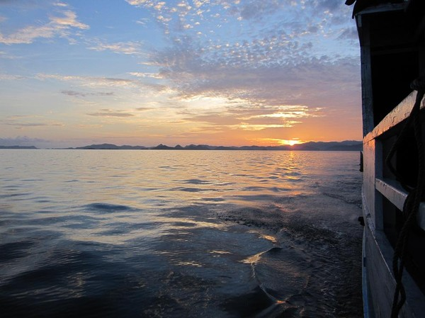 I båten på väg ut till Komodo island med Labuan Bajo och soluppgången bakom oss.