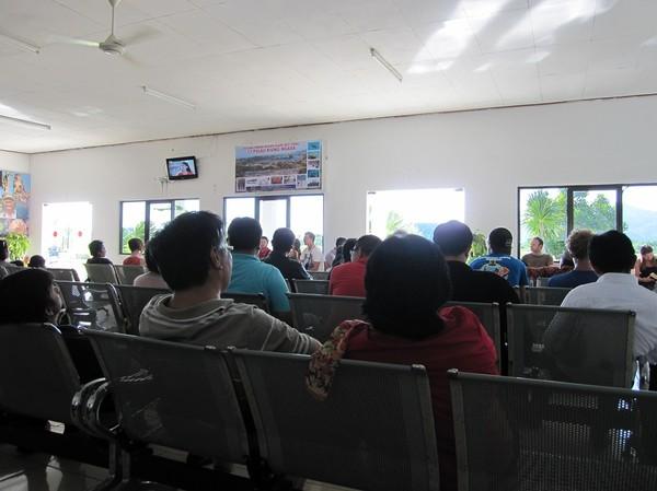 Väntan i den enda gaten på trevliga lilla Komodo airport, Labuan Bajo.