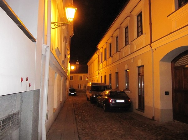 På väg ut i nattlivet, gamla staden Vilnuis.