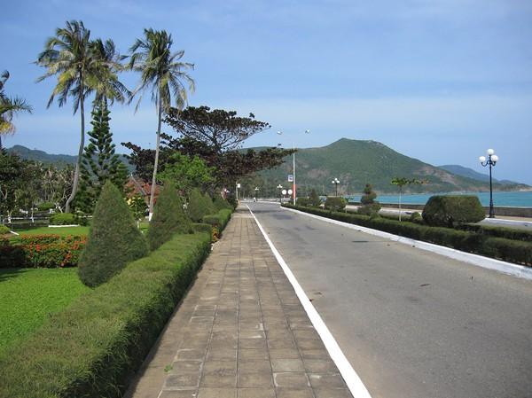 Strandvägen i Con Son town, här utanför mitt hotell, ATC resort.