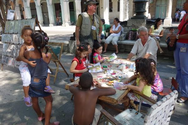 Barnen undervisas i målning längs Pradon, Centro Habana, Havanna.