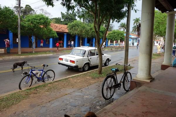En polisbil av märket Lada utanför restaurang El Olivo, Viñales.