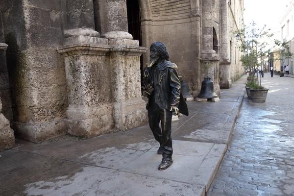 El Caballero de Paris-statyn med sitt skägg som polerats genom åren av tusentals turister, Plaza de San Francisco de Asís, Habana Vieja, Havanna.