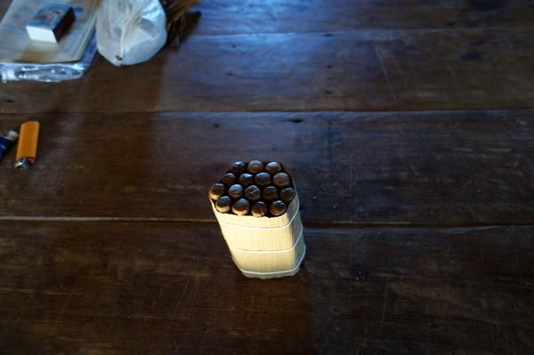 Nyrullade cigarrer av högsta klass inne i ladan hos tobaksbonden, Valle de Viñales.