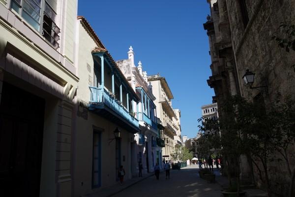 Gatan Oficios förbi Plaza de San Francisco de Asís, Habana Vieja, Havanna.