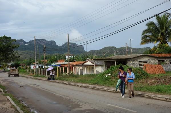 Gatuscen i utkanten av Viñales.
