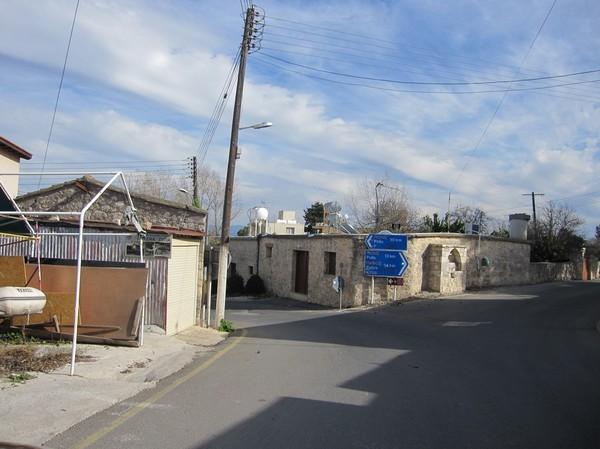 Mindre okänd by längs en mindre väg på väg upp mot Polis.