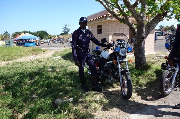 Trevlig polis som villigt poserar för foto på nöjesfältet vid Fortaleza de San Carlos de la Cabana, Havanna.