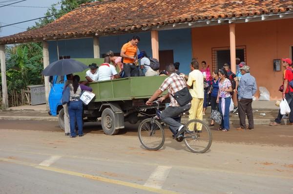 Där det inte går några bussar fyller lastbilar en viktig funktion vid transport av människor på Kuba, Viñales.
