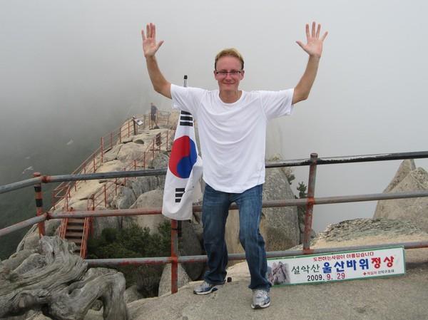 Koreanen som jobbade åt parken och befann sig på toppen fotograferade. Första fotona utan uppsträckta händer dög inte åt Koreanen. Han hade rätt, kul med lite segergest! Kul med tidsskylten också!