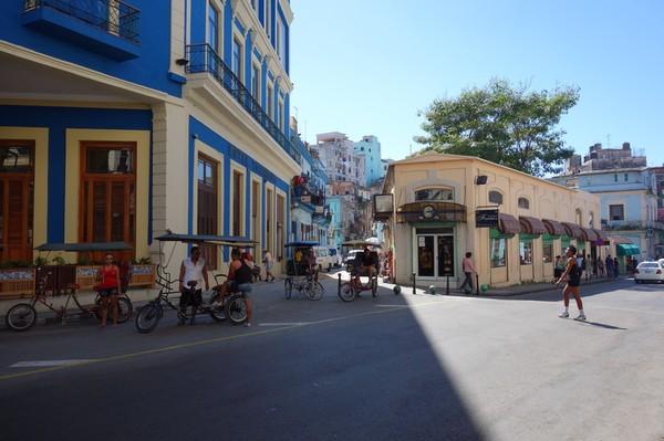 Gatuscen i Centro Habana. Till vänster i bild skymtar en del av Telegrafo Hotel.