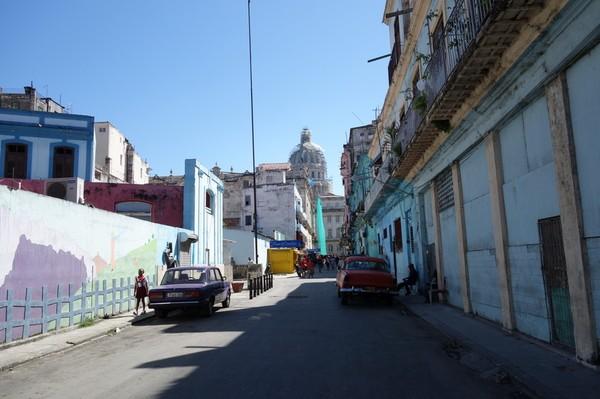 Gatuscen längs gatan Consulado som jag bor på. Längst bort i bild skymtar Capitolio de Nacional.