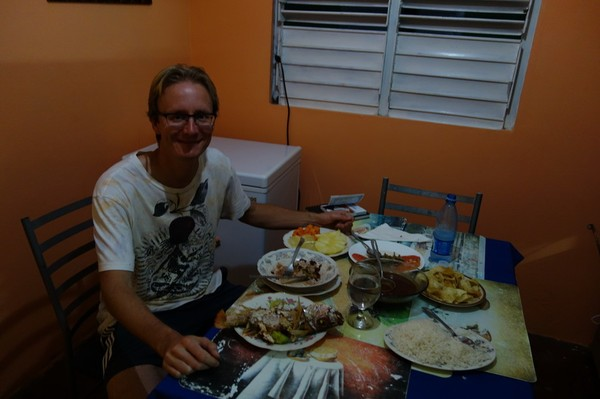 Stefan med brakmiddag serverad av Yaquelin, Viñales.