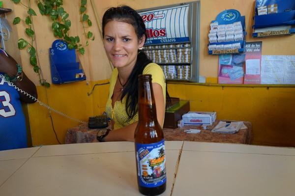 Servitris på lokal pub i stadsdelen Regla, Havanna.