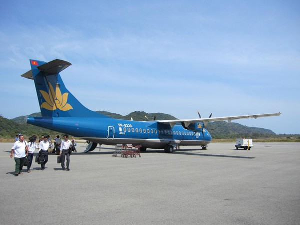 Framme med propellerplanet på Con Son island airport.