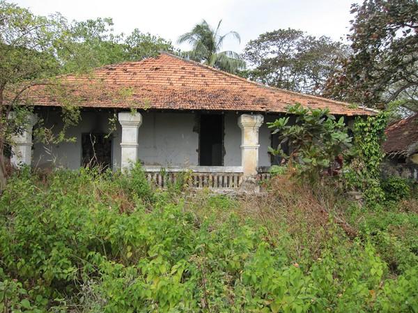 Gamla franska hus med renoveringsbehov finns det gott om i Con Son town.