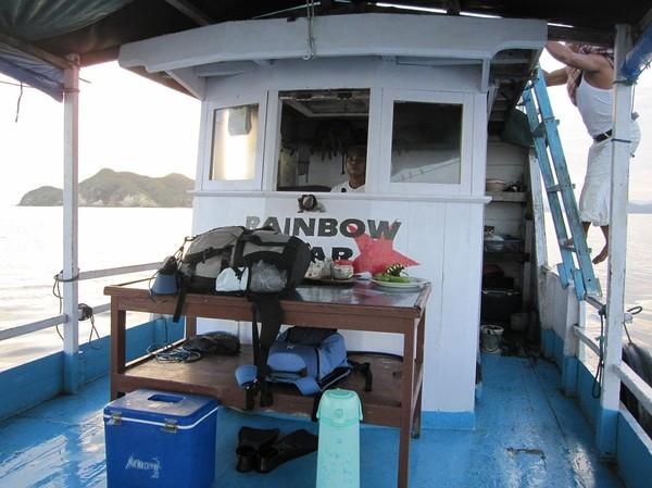 Snorkelutrustning, massor med vatten och mat hade vi med oss. I båten på väg ut till Komodo island.