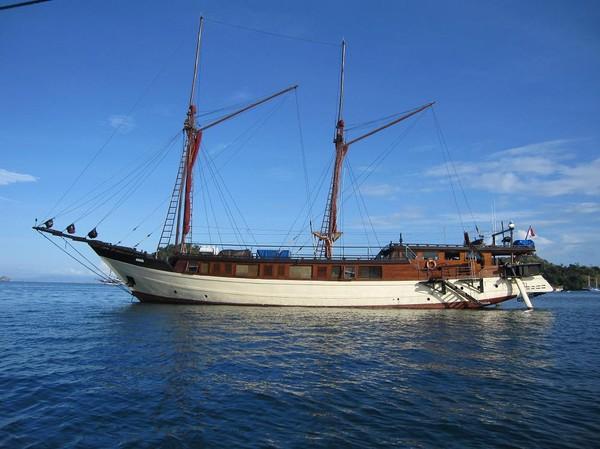 En dykbåt som vi passerar på väg ut från hamnen i Labuan Bajo mot Rinca island.
