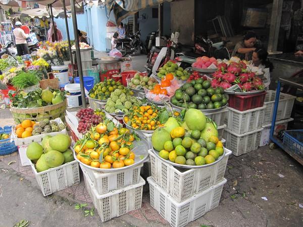 Xa Tay market. Underbar dragon fruit till höger i bild, Cholon.