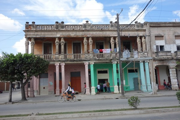 En kilometerlång sträcka längs Avenida de los Mártires med arkitektur med kolumner, Camagüey.