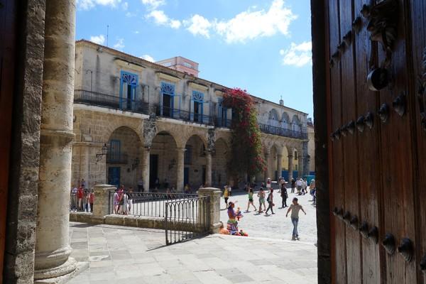 Palacio de Lombillo sedd inifrån Catedral de San Cristóbal de la Habana, Plaza de la Catedral, Habana Vieja, Havanna.