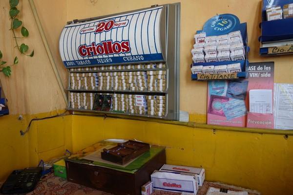 Utbudet av rökverk på den lokala puben i stadsdelen Regla, Havanna.