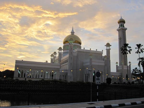 Omar Ali Saifuddien Mosque i solnedgång.