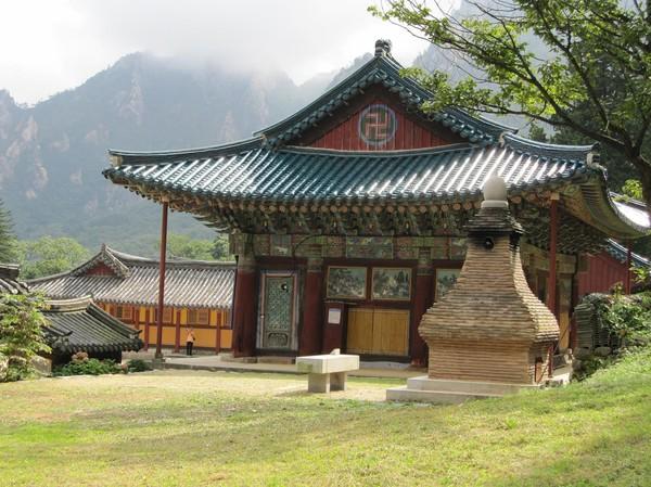 Ytterligare ett tempel på vägen upp till Ulsanbawi.