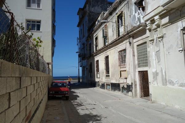 En av tvärgatorna som går vinkelrät ut mot Malecon, Havanna.