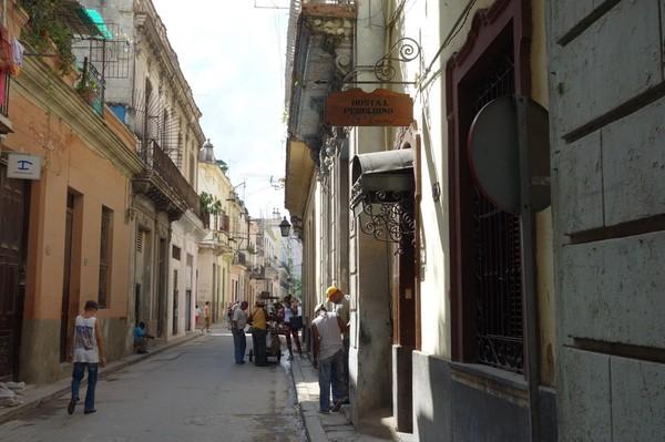 Till höger i bild syns skylten vid entrén till mitt första boende i Kuba, Hostal Peregrino El Encimar, Habana Vieja, Havanna.