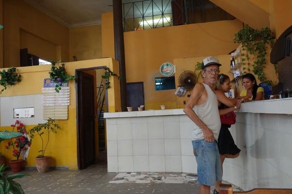 Jag var minst sagt en turistattraktion på den lokala puben i stadsdelen Regla, Havanna.