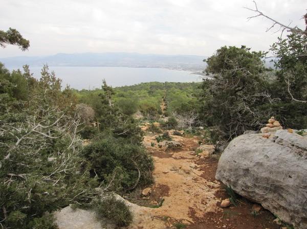 Längs Aphrodite trail med staden Polis i bakgrunden, Akamas peninsula.