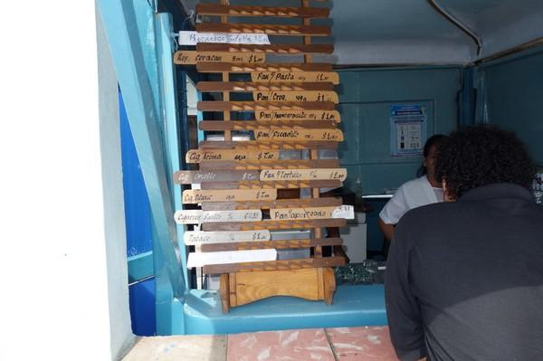 Liten kiosk vid färjeterminalen i Regla. Mackor med ost 1/7 US$! Regla, Havanna.