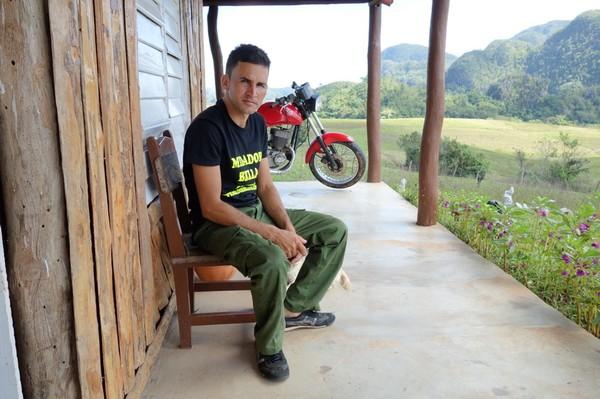 Kubanen som jobbade i huset vid utsiktsplatsen och serverade mig färsk mangojuice, Valle de Viñales.